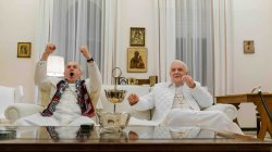 """The Two Popes"" me Hopkinsin e Prycen"