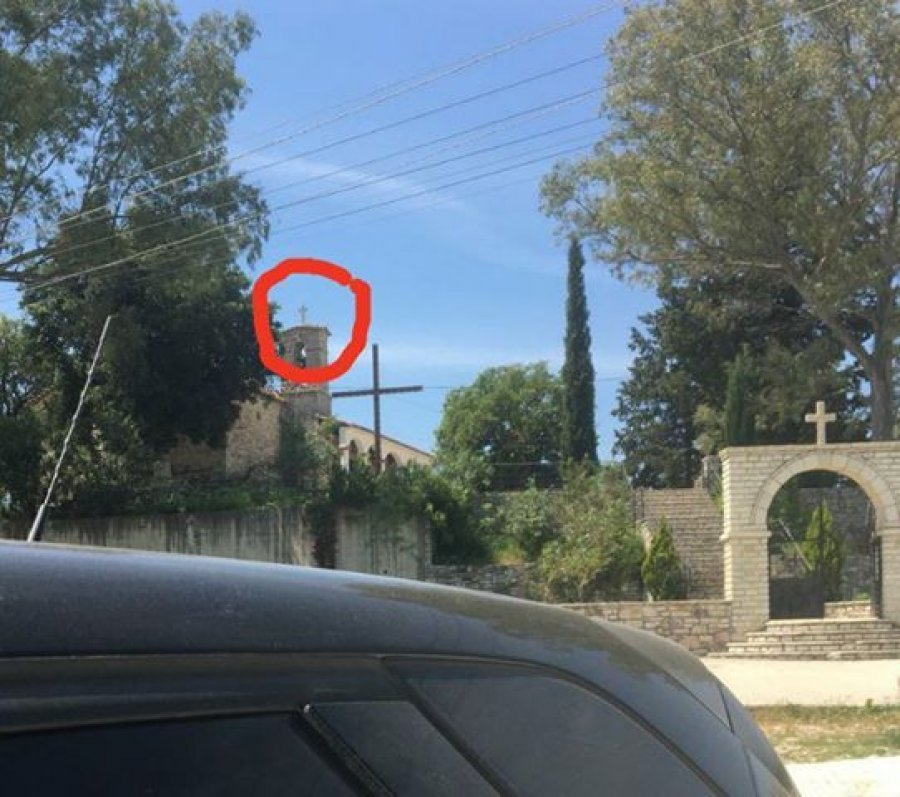 Kisha në Delvinë ngre flamurin grek, shqiptarët e Kosovës vijnë dhe e grisin