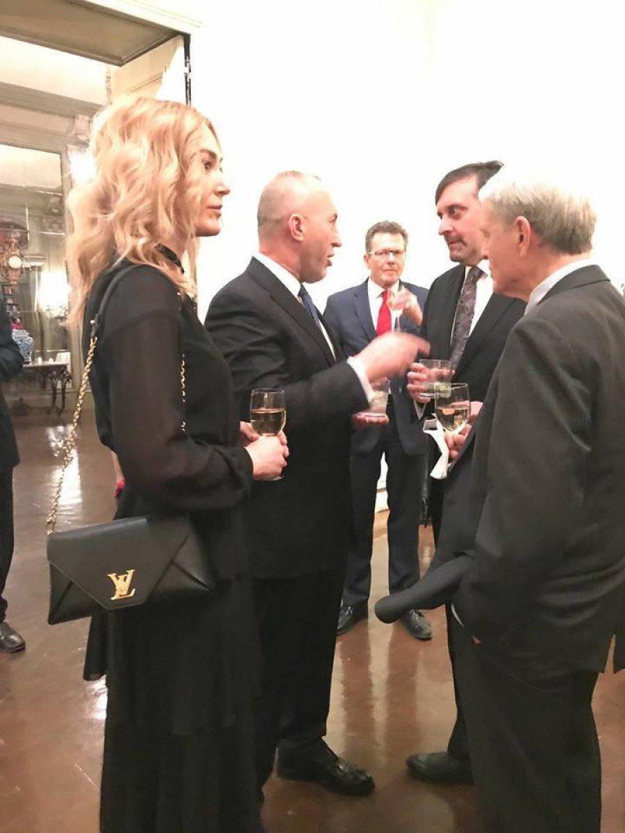 Anita Haradinaj me çantë mijëra euro