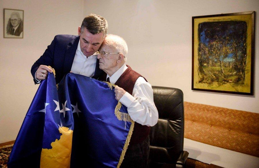 Në 10–vjetorin e Pavarësisë, Flamuri i Kosovës në shtëpinë e Demaçit