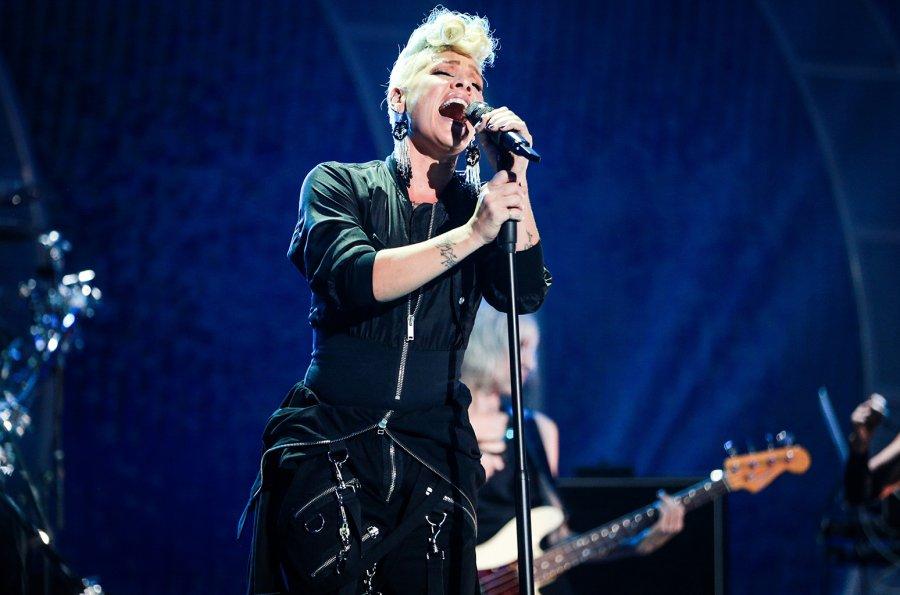 Pink këndon himnin kombëtar në Super Bowl